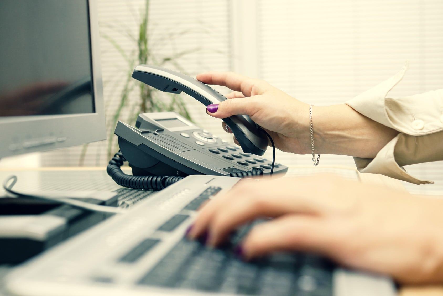 Service client savoir raccrocher le téléphone